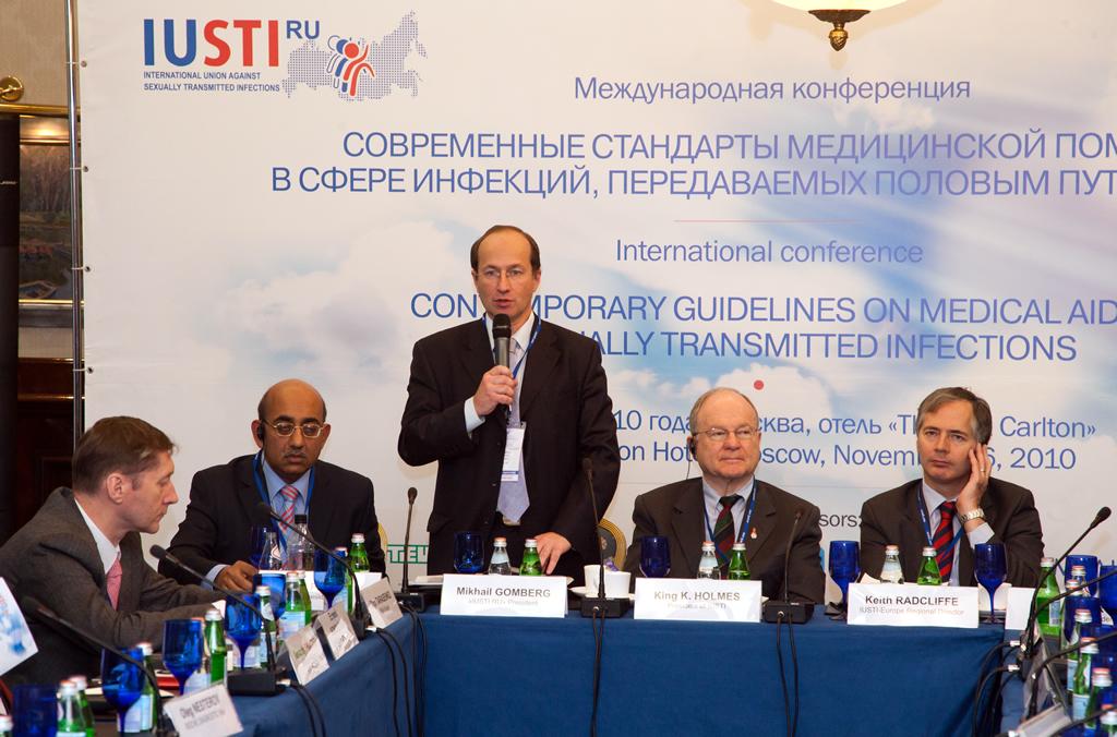 М.А. Гомберг выступает с докладом